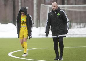 En bedrövad Sanna Signeul linkar av efter första halvlek tillsammans med tränaren Johan Berglund.