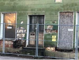 Det historiskt värdefulla huset Trapp har efter år av förfall blivit en skam för Hallsberg. Flera invånare klagar nu högljutt, och har även lämnat in anmälan till kommunen. Huset har därmed blivit ett tillsynsärende. Foto: Hallsbergs kommun