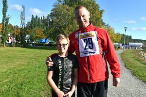 Tioårige Felix Kristmansson, förra årets vinnare i loppet, tillsammans med förre NHL-spelaren Mattias Timander.