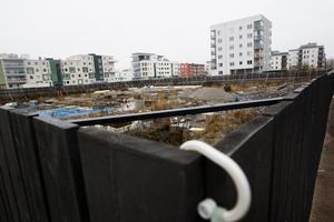 Kommunen satte upp planket kring skandaltomten av säkerhetsskäl. Men även om det gjort att gatorna runt omkring blivit smalare så ska de ändå snöröjas säger Göran Valtonen på Gävle kommun.