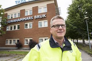 Lars Christiansson, vd utanför Surahammars bruk. Under den kommande treårsperioden ska 20-30 personer rekryteras till företaget i takt med att produktionen av elektroplåtar till fordonsindustrin ökar.