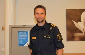 Polisområdeschefen i Västernorrland, Kenneth Bergquist, ska granska de hatiska kommentarerna som en polis skrivit.
