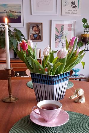 Vasen från serien Polaris från Rörstrand med våriga tulpaner i.