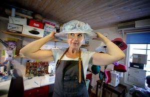 """Karin använder själv olika hattar till olika tillfällen. """"Vintertid har jag en filthatt, och när jag går på fest vill jag ha något roligt"""", säger hon."""