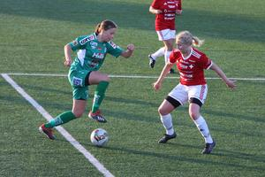 Klara Nyberg försöker komma förbi en försvarare i IFK Östersund.