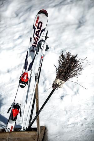 Kvastar och skidor samsades i skidställen.