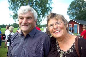 Ovar Nilsson, ordförande i bygdegårdsföreningen och Inger Kraft-Etzler säger att Silsjönäs 1:1 är årets höjdpunkt i byn. Foto: Jonas Ottosson