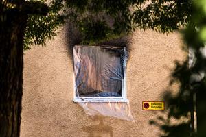 Den misstänkta mordbranden startade på bottenvåningen och släcktes sedan av brandkåren. Hur mycket av den övriga fastigheten som tagit skada är ännu oklart.