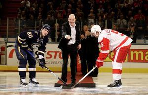 2009. År 2009 inleddes Steens första hela säsong i NHL. Den startade med en match på en annan kontinent – nämligen Europa och Sverige, när NHL-premiären mellan St Louis Blues och Detroit Red Wings hölls i Stockholm. Här syns Mats Sundin släppa pucken med Alexander Steen och Nicklas Lidström som tekar i en ceremoni inför matchen.