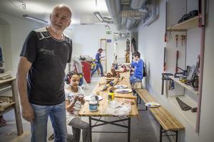 Snickaren Ulf Sjödin är lärare på Konstrafts skola. –De som kommer hit har i princip ingen kunskap om att arbeta med trä.