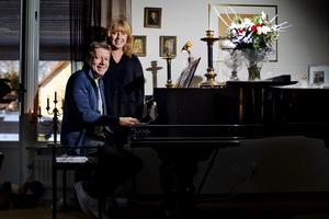 Magnus och Anki Spångberg leder sjung med Spångberg-kören om 500 personer. Foto: Na Arkiv