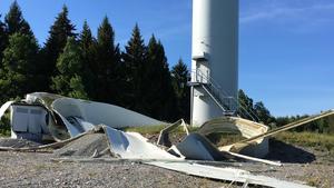 Det 55 meter långa rotorbladet krossades mot platsen.