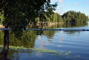 Polisen hade även spärrat av ett område intill vattnet.