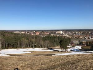Vy över Arboga den 12 april. Fortfarande finns det lite snö i Teknikbacken. Foto: Ewa Ragnarsson Holmgren.