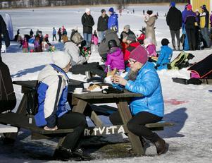 Vintertid gör den plogade banan på sjöisen och skidspåren Tveta till ett populärt utflyktsmål.