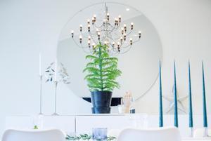 Inredningen går i grått och vitt med inslag av blått och grönt. Elin gillar design och det finns gott om ny design i huset.