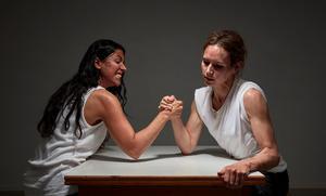 Nina Persson och Kristin Amparo utmanar varandra. Foto: Pressbild