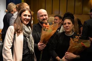 Här mottar Tobias och Sooi Eriksson-Glad pris för sitt arbete för barn på flykt av världsorganisationen Reach for Change. Bild: Privat