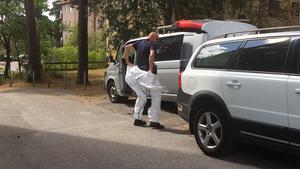 En av polisens tekniker anländer till mordplatsen.