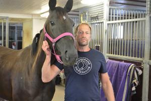 Dan Hjelm har både hittat lugnet och en passion i hästarna och travsporten