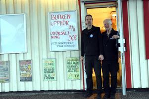 Patrik och Sven-Erik Högberg utanför mack- och butik i Björna, som nu stänger.