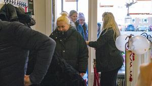 """Kö in. Nu ligger salongen på Smedjegatan i Arboga och har flyttat ifrån Nygatan 55. """"Jag tror det är en fördel här med tjejkvällar och dropp in kunder. Där vi låg innan kändes lite utanför"""", säger Caroline Haglund."""