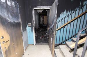 Hettan smälte metall i säkerhetsdörren in till lägenheten. Foto: Polisen