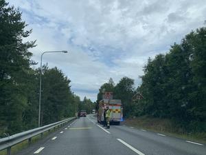 Både polis och räddningstjänsten kallades till singelolyckan.