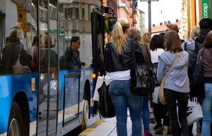 Kommer det att behövas egen bil i storstäderna i framtiden? Den frågan ställer sig bland annat bussföretaget Nobina, som nu börjar testa självkörande bussar i en stadsdel i Stockholm.Foto: TT