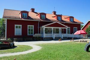 Föräldrar på Skogsbackens förskola i Barkarö ska ha sett råttor kring förskolan vid ett flertal tillfällen.