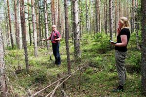 – Vi vet inte exakt var Anders Jonssons kropp hängdes upp, bara att avrättningsplatsen anlades här, berättar arkeologerna Ola Nilsson och Lena Berg Nilsson.