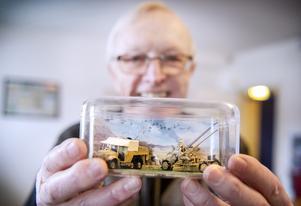 Bert Blomqvist pensionerad Överstelöjtnant på Lv 5 har byggt en miniatyr av en 40 mm Luftvärns automatkanon modell 36. Eldhastighet: 120 skott per minut med en skottradie på 360 grader.
