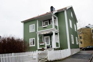 Tvåvåningshuset på Söder i Gävle är byggt 1928 och har både källare och en oinredd vind.