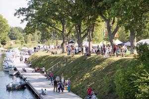 Folkfest utmed Väddö kanal.