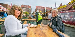 Några av de första att äta lunch på onsdagen var till vänster Maria Fredriksson  och Lena Lööv.
