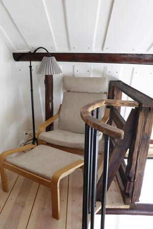 Uppe på sovloftet, precis utanför sovrummen, finns en liten hörna där man kan sitta för sig själv och se ut över resten av huset.