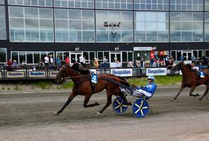 Rikard Skoglund tar sjätte raka segern med Oscar Berglund-tränade Cobourg Hanover.