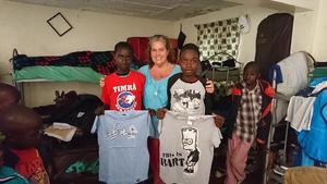 Ann bar med sig 46 kg barnkläder till barnen som vänliga själar donerat till Give a helping hand.