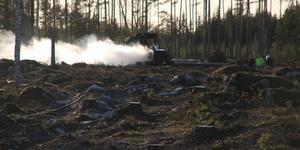 Skogsmaskinen brann för fullt när räddningstjänsten kom till platsen.