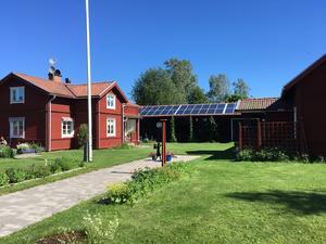 Solceller på taket hjälper miljön.