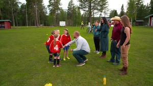 I programmet får de amerikanska deltagarna ansvar för att sköta en av Myssjö-Ovikens fotbollsträningar. Fotboll Foto: SVT