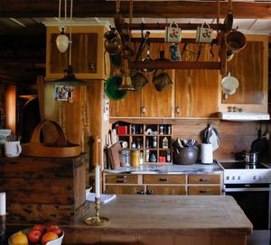 Köksbänken är gjord av ett soffbord som köptes från Blocket.