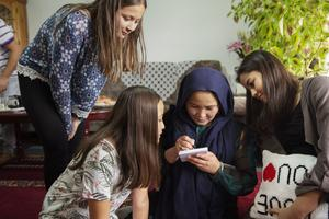 – Jag är ledsen över att jag inte kan hjälpa mina barn med läxorna, säger Kamila Alizada. Nu har hon lärt sig att skriva sitt namn. På bilden tillsammans med Masooma, Fatima och Amina Rahmadi.