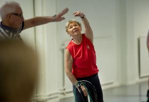 Siv Engström hjälper deltagarna på dagens pass. När de inte är i behov av hjälp så passar hon på att vara med och träna.