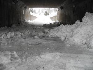 På tisdagen hade försökt genomförts att få bort snömassorna ur tunneln, men inte heller den här gången verkar maskinen haft rätt höjd för att kunna passera genom hela tunneln.