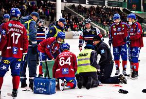 Henrik Karlström tas omhand efter blodiga skadan mot VSK.