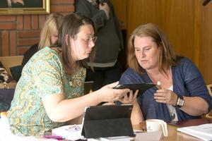 Lotta Borg och Monica Åberg (Timråpartiet) under ett möte i kommunfullmäktige. Bild: Jan Olby