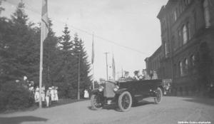 På plats vid invigningen av Karl XIV Johan-statyn i juni 1919 fanns kung Gustav V (farfars far till nuvarande kung Carl XVI Gustaf). Här ses han i färd från besöket på Länslasarettet, som låg på den plats som nuvarande USÖ finns på. Länslasarettet stod färdigt i slutet av 1800-talet, efter att det gamla hospitalet på Storgatan 31 blivit för litet. År 1912 fanns 205 vårdplatser på Länslasarettet, runt 1910 inköptes en röntgenutrustning, och år 1922 anställdes en röntgenläkare. Foto: Örebro stadsarkiv/Erik Larsson