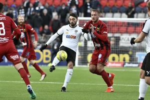 Nahir Besara uppvaktas av Östersunds Smajl Suljevic mot Östersund på Jämtkraft Arena.
