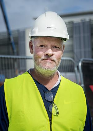 Mats Eriksson, vd på Öhmans Bygg i Ljusdal har stenkoll på dagens arbete.